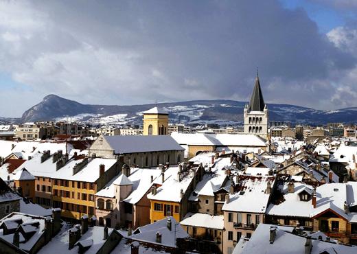 Les toits de la vieille ville d'Annecy sous la neige