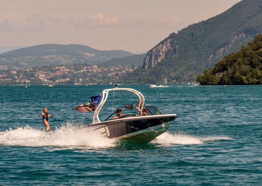 Ski nautique sur le lac d'Annecy